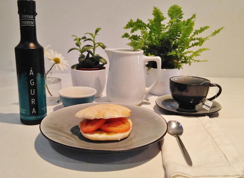 desayuno con pan casero y aceite premium